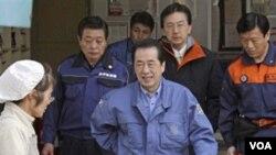 Perdana Menteri Jepang Naoto Kan (tengah) saat meninjau tempat penampungan pengungsi, Sabtu (2/4).