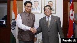 기렌 리지주 인도 차관(왼쪽)이 인도 주재 북한 대사관에서 열린 조국해방기념일(광복절) 70주년 기념식에서 계춘영 북한 대사와 악수하고 있다. 사진 출처 = 리지주 차관의 페이스북 페이지.