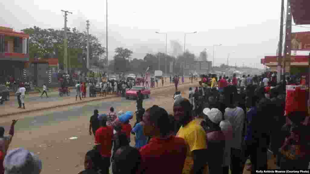 Une foule attend un hypothétique moyen de transport alors que les conducteurs de taxi sont en grève, à Luanda, 5 octobre 2015. Photo deKolly Antonio Mwanza.