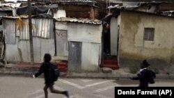 """Des écoliers dans les rues du township d'Alexandra, """"un condensé des échecs du gouvernement de l'ANC"""", 25 ans après la fin de l'apartheid en Afrique du Sud."""
