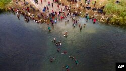 ہیٹی کے مہاجرین امریکہ اور میکسیکو کے بارڈر پر ریو گرینڈ کے مقام پر امریکہ داخل ہونے کی کوشش کر رہے ہیں