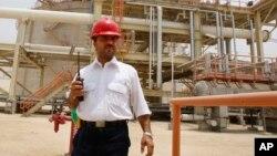 کارگر ایرانی در تاسیسات منطقه گازی پارس جنوبی.