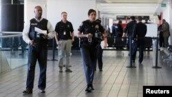 Pripadnici policije Los Anđelesa na terminalu gde se odigrao napad