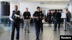 این خانواده به محض ورود به میدان هوایی لاس انجلس ایالت کلیفورنیا باز داشت شد