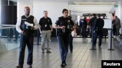 Cảnh sát đi xung quanh nhà ga số 3 sau vụ nổ súng chết người tại sân bay Los Angeles (LAX), California, 1/11/2013