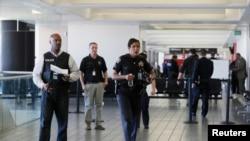 Polisi Los Angeles dikerahkan ke bandara setelah laporan adanya penembakan di Terminal 3 pada 1 November 2013 (foto: dok).