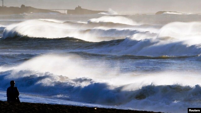 General view of beach shows breaking waves along the ocean beach front in Biarritz on the southern Atlantic Coast of France, Feb. 6, 2014. Global warming is in a temporary hiatus, in part because of heat absorbed deep into the Atlantic and Southern oceans.