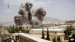 Asap mengepul akibat serangan udara Saudi di Sana'a, Yaman (8/4). Arab Saudi terus melakukan serangan udara terhadap posisi-posisi pemberontak Syiah Houthi.