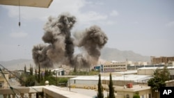 Asap membumbung akibat serangan udara yang dipimpin oleh Arab Saudi di Sanaa, Yaman.