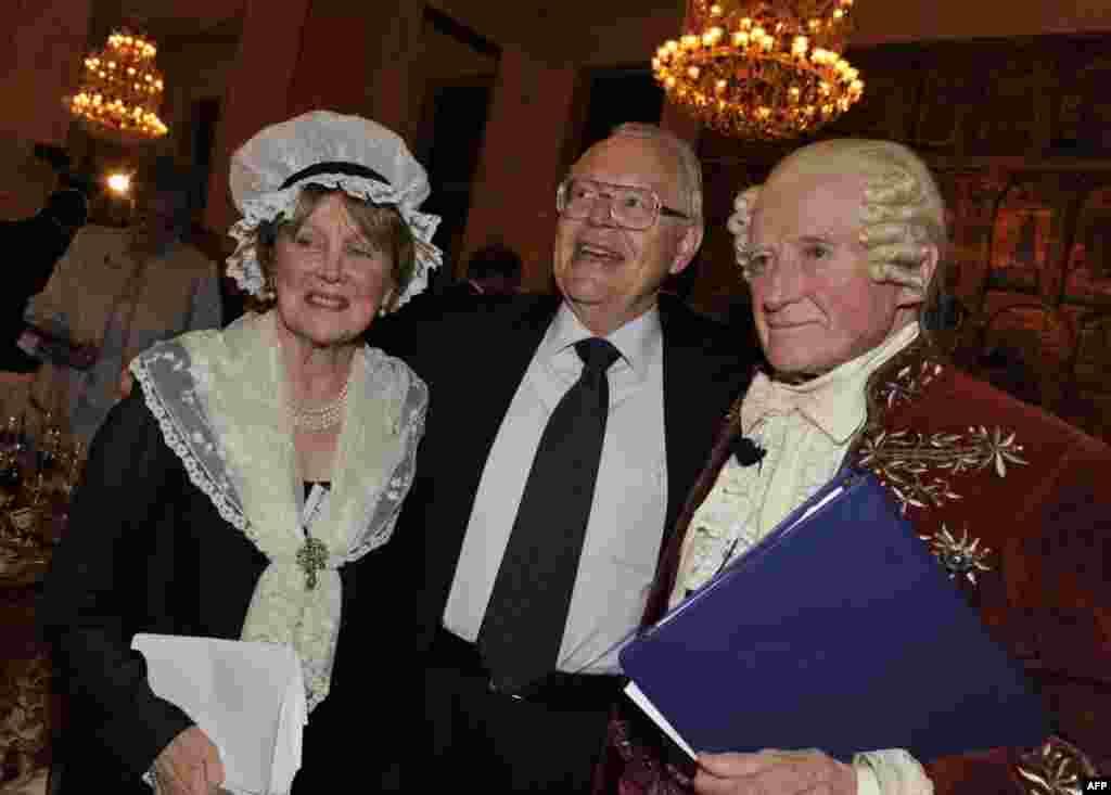 Бывший посол США в России Джеймс Коллинз (в центре) с четой Самингтон