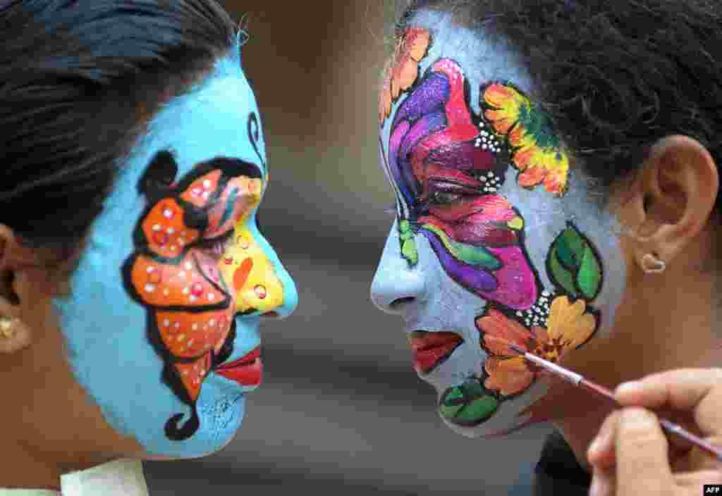 인도 독립기념일을 앞두고하이데라바드 시의 비자이 마리 간호대학에서 '자연보호'를 주제로 한 얼굴 페인팅 경연대회가 열렸다.