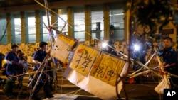 17일 홍콩 몽콕 지역에서 진압 경찰이 바리케이트를 철거 하고 있다.