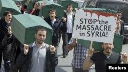 Manifestantes cargan ataúdes para exigir al gobierno que detenga las matanzas de civiles en la ciudad de Izmir.