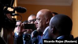 El ministro de Comunicación de Venezuela, Jorge Rodríguez, habla con periodistas en Santo Domingo. 2 de diciembre de 2017.