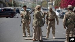 Pemberontak Syiah Houthi melakukan patroli di ibukota Sanaa, Yaman (foto: dok).
