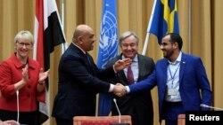 13일 스웨덴 스톡홀름에서 칼리드 알야마니(왼쪽 2번째부터) 예멘 외교장관이 안토니우 구테흐스 유엔 사무총장이 지켜보는 가운데 모함메드 압둘-살람 후티 반군 대표와 악수하고 있다. 양측은 내전 개전 4년만에 처음으로 휴전에 합의했다.
