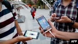 Warga Iran bermain Pokemon Go di Taman Mellat, sebelah utara Teheran (3/8). (AFP/Atta Kenare)