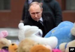 俄罗斯总统普京为西伯利亚克麦罗沃火灾死难者献花。(2018年3月27日)