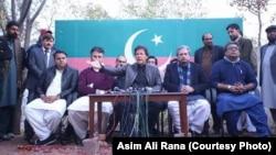 Pemain cricket terkenal Pakistan, Imran Khan, menggelar konferensi pers, Kamis, 11 Januari 2018. (Foto: dok).