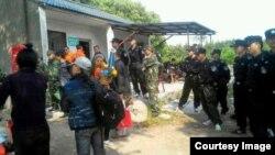公安特勤5月5日强制驱离为林昭守墓的志愿者。(网络图片)