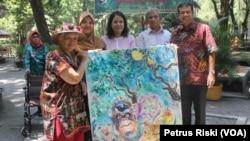 Pelukis Kartika Affandi menyumbangkan lukisannya bertema satwa kepada manajemen Kebun Binatang Surabaya (Foto: VOA/Petrus Risky)