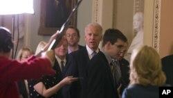 Wakil Presiden AS Joe Biden (tengah) bersiap melakukan pertemuan kaukus mengenai jurang fiskal di Gedung Kapitol (31/12). (AP)
