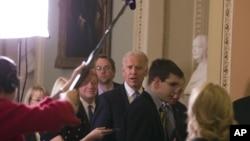 Le vice-président Joe Biden (au c.) arrive au Congrès pour discuter avec les démocrates (31 déc. 2012)