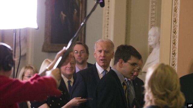 Phó Tổng thống Joe Biden (giữa) cùng với Thượng Nghị sĩ Harry Reid và Whip Dick Durbin bước vào cuộc họp về 'bờ vực tài chánh' ở Thượng viện, ngày 31/12/2012.