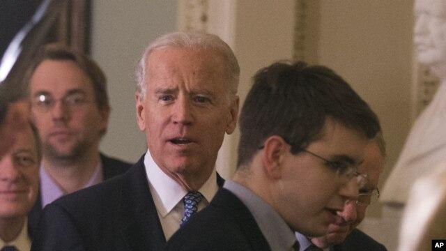 Wakil Presiden Joe Biden (tengah) bersama para senator partai Demokrat bergegas menuju ruang rapat Senat partai Demokrat untuk membahas lebih lanjut kompromi jurang fiskal di Capitol Hill (31/12).