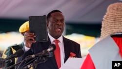 ဇင္ဘာေဘြႏုိင္ငံမွာ Emmerson Mnangagwa က သမၼတသစ္ အျဖစ္နဲ႔ ဒီကေန႔ ေသာၾကာေန႔မွာ က်မ္းသစၥာ က်ိန္ဆုိ။ ( ႏိုဝင္ဘာ ၂၄-၂၀၁၇)