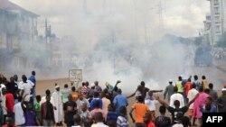 Des jeunes protestent à Conakry le 28 sep. 2012