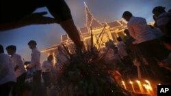 Dân Campuchia đốt hương cầu nguyện tại Hoàng cung nơi để di ảnh của cựu vương Norodom Shihanouk