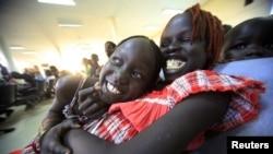 Warga Sudan Selatan menunggu di bandara Khartoum, Sudan untuk diterbangkan ke Juba, Sudan Selatan (foto: dok).