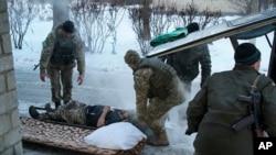 Soins à un soldat ukrainien blessé, Avdiivka, Ukraine, le 31 janvier 2017.