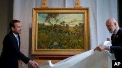 9일 네덜란드 암스테르담의 반 고흐 미술관에서 반 고흐의 풍경화 '해질녘 몽마주르에서'를 새로 공개했다.