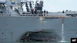 El daño al USS John McCain, tras la colisión con un tanquero, es visible en esta foto del destructor estadounidnese.