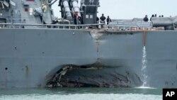 导弹驱逐舰约翰·麦凯恩号与一艘油轮相撞后出现的窟窿