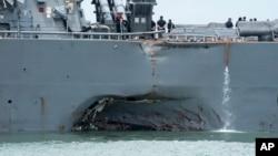 美軍軍艦約翰·麥凱恩號驅逐艦今年八月在新加坡附近與一艘油輪發生碰撞,導致人員傷亡,船體出現大洞。