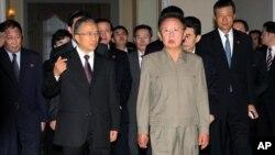 지난 2009년 9월 북한을 방문한 중국의 다이빙궈 전 외교담당 국무위원(왼쪽)이 평양에서 김정일 위원장을 예방했다. (자료사진)