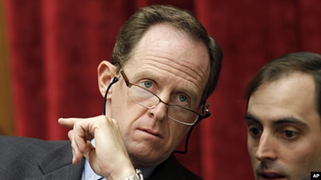 Supercommittee member, Sen. Patrick Toomey, R-Pa., left, confers with an aide, on Capitol Hill, Sept. 22, 2011.