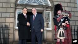 中国副总理李克强与苏格兰首席部长萨蒙德握手