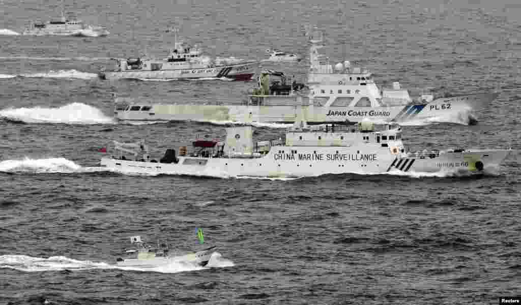 Tàu Hải giám số hiệu 66 của Trung Quốc đi cạnh các tàu của Cảnh sát Biển Nhật Bản trong biển Hoa Đông, gần dãy đảo có tranh chấp giữa hai nước. (Hình của hãng Kyodo Nhật Bản)