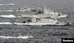 2013年5月, 中国海监船和日本海上保安厅巡逻舰在中国东海 (资料照片)
