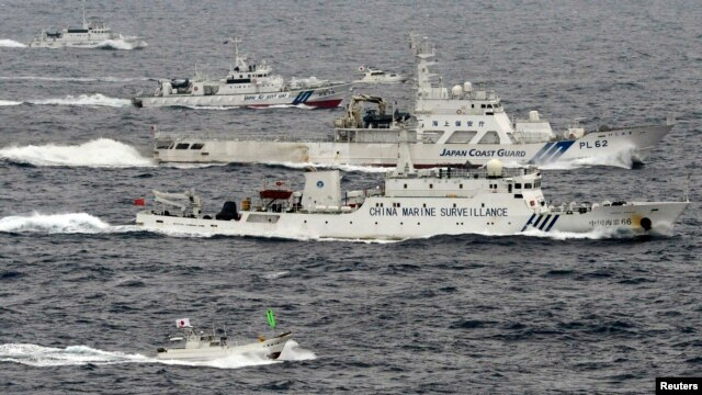 Một cuộc đối đầu của tàu hải giám Trung Quốc và Nhật Bản ở biển Hoa Đông năm 2013. Quân đội Trung Quốc cũng cảnh báo nguy cơ xảy ra bất ổn và chiến tranh trên vùng biển tranh chấp với Nhật Bản này.
