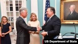 مراسم سوگند رابرت اوبراین به عنوان نماینده ویژه آمریکا در امور گروگان ها (چپ) در برابر مایک پمپئو وزیر خارجه - ۱۸ ژوئیه ۲۰۱۸