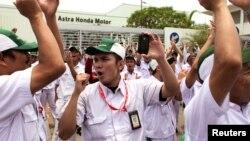 Các công nhân hô khẩu hiệu trong cuộc đình công trước nhà máy Astra Honda Motor ở Bekasi,Tây Java, Indonesia, 03/10/2012.