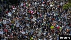 Kontra demonstranti koji su se okupili da protestvuju zbog skupa desničara u Bostonu, 19. avgust, 2017.