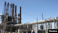 Archivo - Refinería petrolera en Houston, Texas
