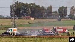 Đội cứu hoả tại hiện trường vụ tai nạn máy bay gần sân bay Seville, Tây Ban Nha, 9/5/2015.
