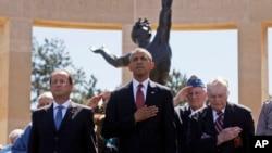 Tổng thống Hoa Kỳ Barack Obama, Tổng thống Pháp Francois Hollande đứng cùng với các cựu chiến binh trong buổi lễ kỷ niệm 70 năm ngày D-Day tại Nghĩa trang người Mỹ trên Bãi biển Omaha ở Colleville sur Mer, Normandy, Pháp, 6/6/14